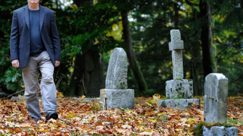 Psychologist dives into seances and 'contacting the dead'