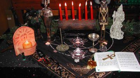 Setting Up Your Yule Altar – What to Put on a Yule Altar
